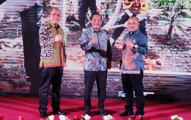 SINERGI: Kapolres Karanganyar AKBP Muchammad Syafi Maulla (kiri), Bupati Juliyatmono, dan AKBP Leganek Mawardi saat lepas sambut kapolres baru, kemarin (13/1).