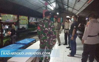 Personel gabungan menggelar operasi di tempat keramaian dan kuliner wilayah Mojolaban, beberapa waktu lalu.