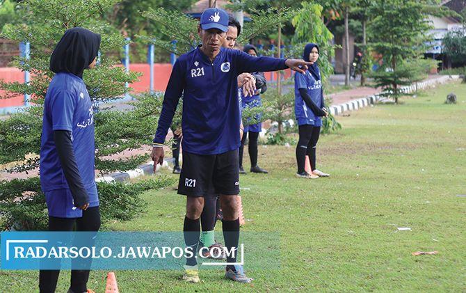INSPIRATOR: Pelatih Timnas U-16 Pelajar Kemenpora Rochy Putiray melatih Putri Surakarta di Lapangan Donohudan, Ngemplak, Boyolali (15/1).