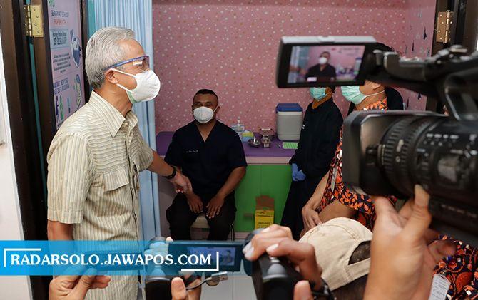 Gubernur Jateng Ganjar Pranowo meninjau vaksinasi nakes di Puskesmas Manahan, Solo, Selasa (19/1).