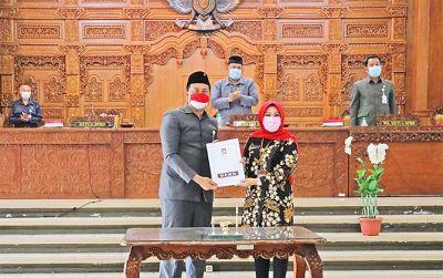 Ketua DPRD Klaten Hamenang Wajar Ismoyo serahkan Raperda Perubahan Tata Ruang dan Wilayah kepada Bupati Klaten Sri Mulyani dalam rapat paripurna di gedung DPRD setempat.