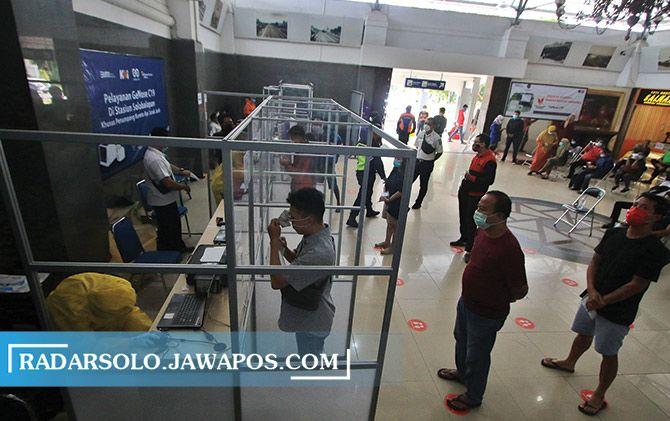 Calon penumpang KA menjalani tes GeNose C19 di Stasiun Solo Balapan, Senin (15/2).