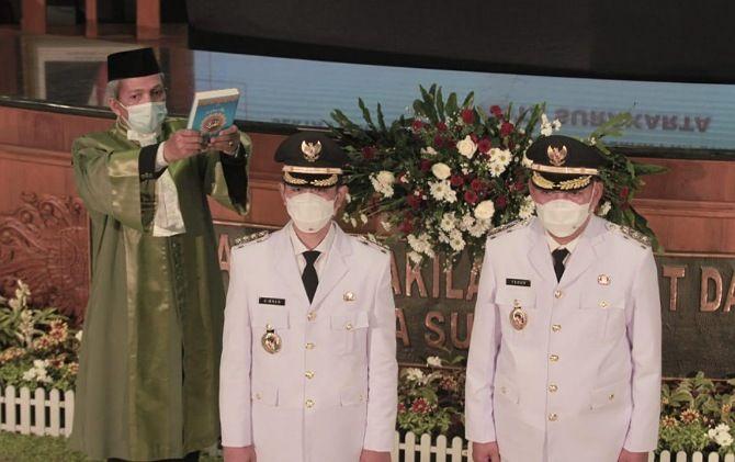 Wali Kota-Wakil Wali Kota Surakarta Gibran Rakabuming Raka-Teguh Prakosa mengikuti pelantikan secara daring di Gedung DPRD Surakarta, Jumat (26/2).