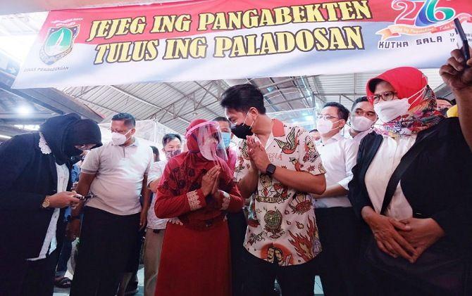 Wali Kota-Wali Kota Surakarta Gibran Rakabuming Raka-Teguh Prakosa blusukan ke Pasar Gede, Jumat (26/2).