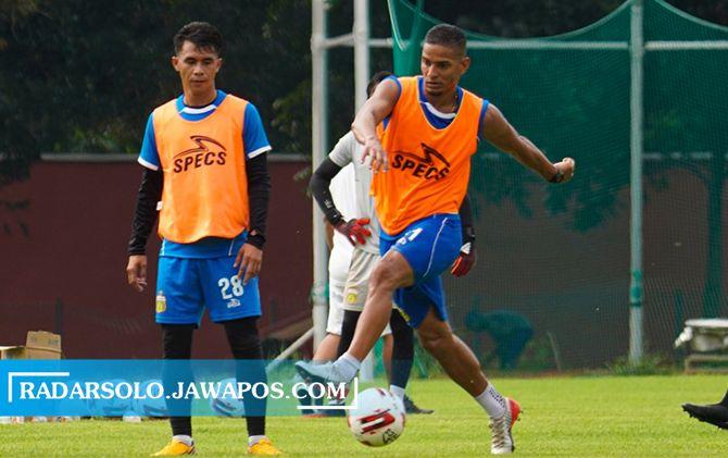 Renan Silva saat berlatih di Stadion UNS, Senin pagi (1/3).