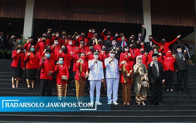Anggota DPRD Solo berpose bersama usai pelantikan Wali Kota-Wakil Wali Kota Surakarta Gibran Rakabuming Raka-Teguh Prakosa pada Jumat (26/2) lalu.