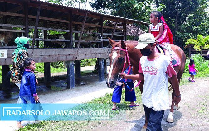 WAHANA KELUARGA: Pengunjung naik kuda di Taman Wisata Jlengut yang dikelola Pemerintah Desa Karangduren, Kecamatan Kebonarum, Klaten, Jumat (5/3).