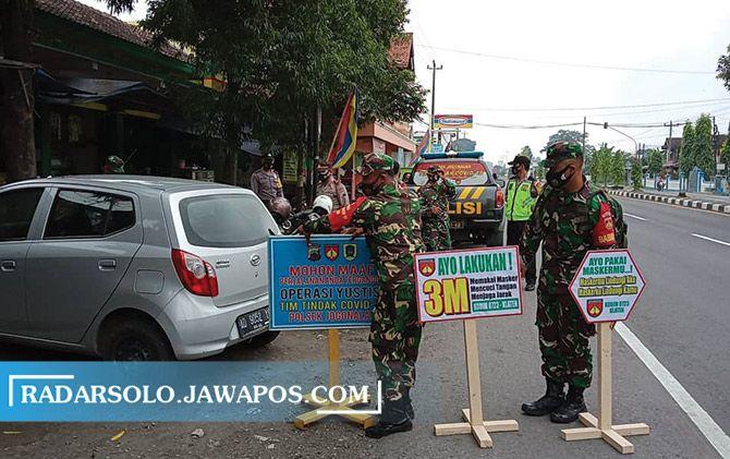 Sosialisasi penerapan PPKM mikro di Kecamatan Jogonalan dan Ngawen oleh para personel TNI.