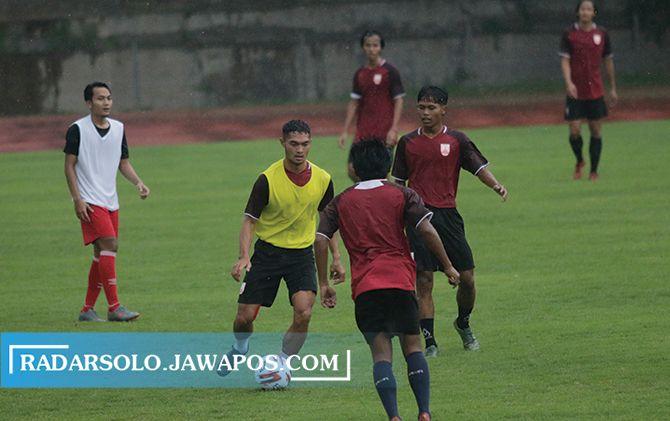 Azka PFauzi  (kiri) saat mengikuti latihan Persis Solo di Stadion UNS, Selasa (6/4).