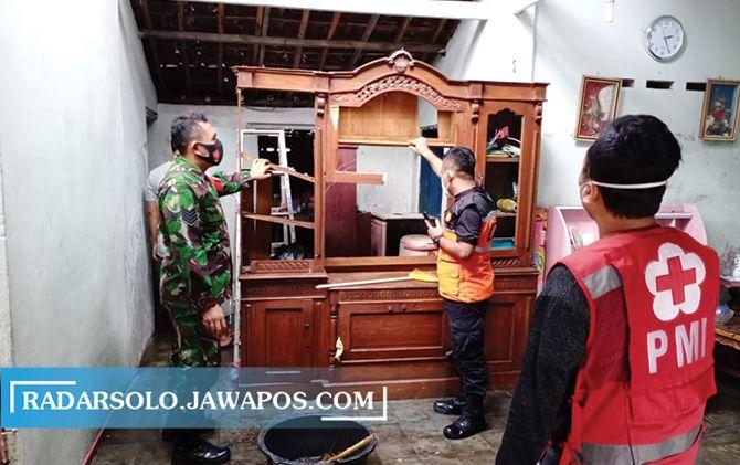 Barang-barang di rumah Danang Danarko yang rusak tersambar petir, Rabu (7/4).