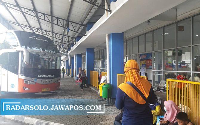 Bus-bus AKAP hilir mudik membawa pemudik dari Jabodetabek ke Terminal Giri Adipura Wonogiri.