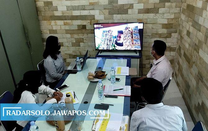 "Proses penjurian tahap pertama kompetisi video ""Angkringan Nusantara Bersama Intra Jahe Wangi""."