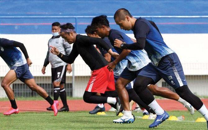 Pemain Bhayangkara Solo FC saat mengikuti latihan fisik. Selama sepekan awal Ramadan, mereka diliburkan dari program latihan.