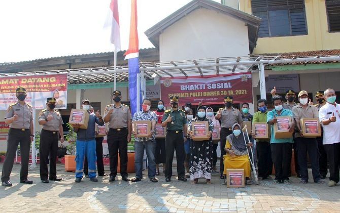 Para peserta pendidikan Sespimti 30/2021 membagikan paket sembako kepada warga terdampak Covid-19 di Kelurahan Badarharjo, Semarang.
