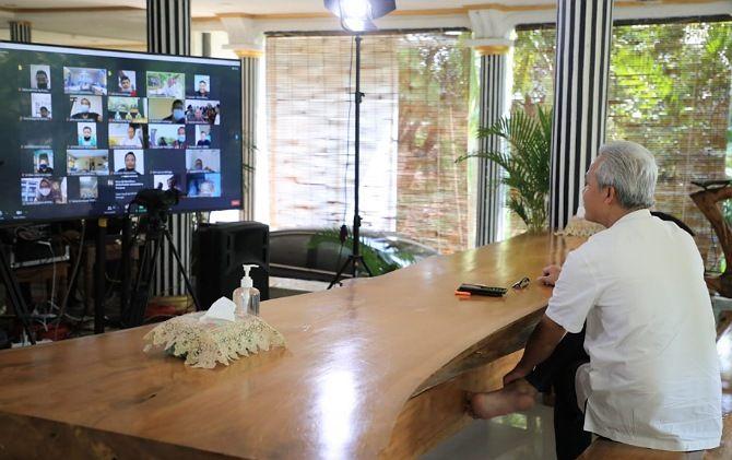 Gubernur Jateng Ganjar Pranowo ngobrol virtual dengan para buruh di Jateng pada May Day, kemarin.