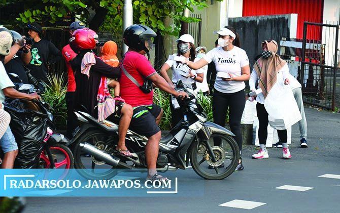 TERGERAK: Komunitas lari Timiks berbagi paket takjil di kawasan Manahan, Banjarsari, Solo, Sabtu (1/5).
