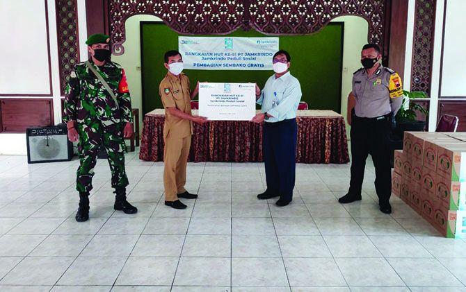 BERBAGI: PT Jamkrindo berikan santunan untuk 1.000 anak yatim dan bantuan 5.100 paket sembako.