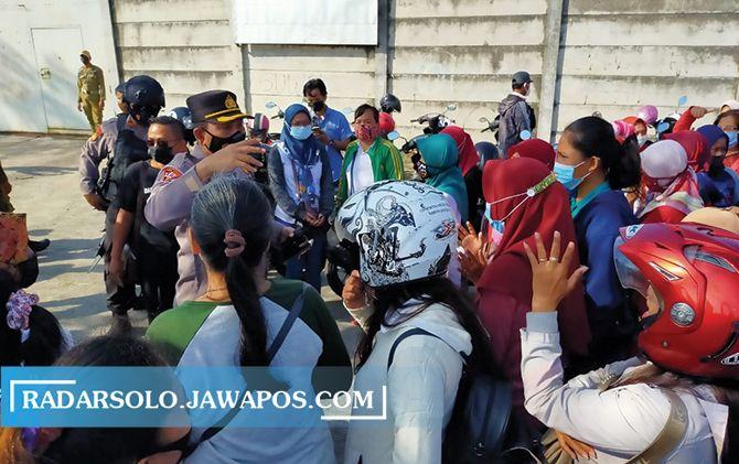 Anggota Polres dan Kodim 0726 Sukoharjo berupaya mencegah munculnya kerumunan pada demonstrasi, Selasa (4/5).