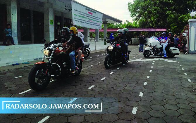 PENGALAMAN SERU: Anak yatim-piatu Panti Asuhan Miftahul Jannah jalan-jalan naik motor Harley bersama anggota HDCI Surakarta.