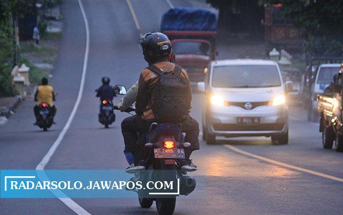 Salah satu kendaraan berpelat luar Solo melintas di jalan sekitar eks Karesidenan Surakarta, belum lama ini.