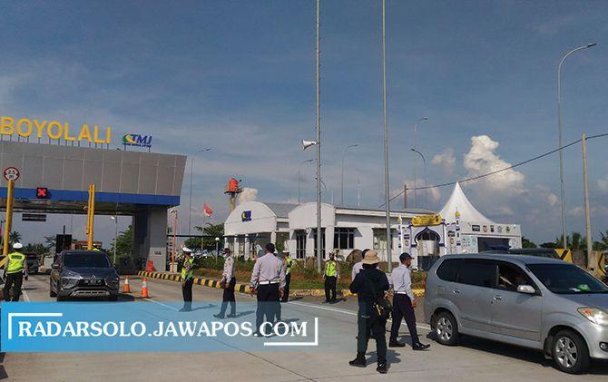 Petugas gabungan melakukan penyekatan kendaraan pemudik di Gerbang Tol Boyolali, Selasa (4/5).