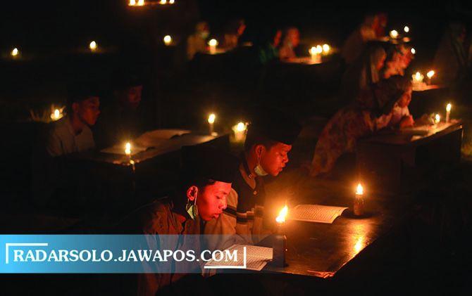 KHUSYUK: Santri Pondok Pesantren Nurul Hidayah Boyolali memeringati Nuzul Quran dengan khataman Quran diterangi lampu sentir, Minggu malam (2/5).
