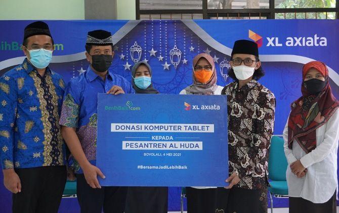 XL Axiata menyerahkan donasi laptop untuk Ponpes Al-Huda Boyolali.