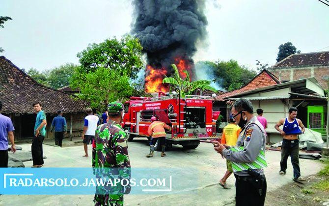 MAKAN KORBAN: Petugas memadamkan api di toko kelontong Ketro, Tanon, kemarin.