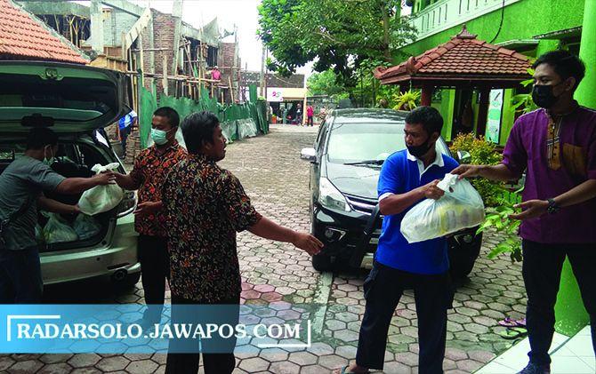 WAJIB: Pembagian zakat di SD Birrul Waliadin Muhammadiyah Sragen, Sabtu (8/5).