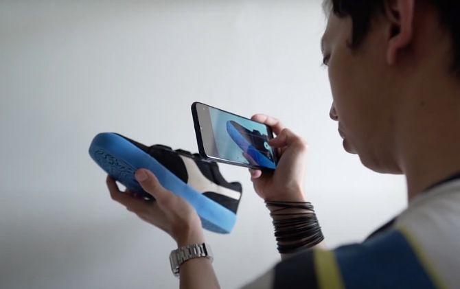 Content creator dan tech reviewer Wasa Wirman membuat konten tentang sepatu menggunakan Samsung Galaxy A02s