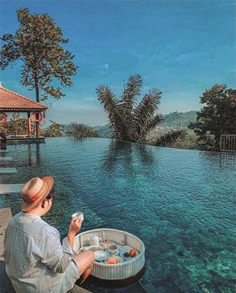 MENIKMATI: Pengunjung Nava Hotel menikmati sajian breakfast on pool. Pada momentum larangan mudik kali ini, beragam sajian promo menarik disiapkan.