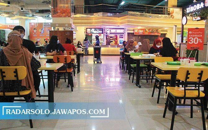 Area foodcourt mal yang menjadi salah satu tempat favorit pengunjung.