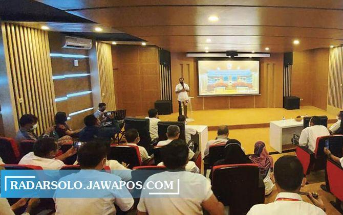 Uji coba pembukaan ruang audio visual di kantor Disarpus Karanganyar, kemarin (9/6).