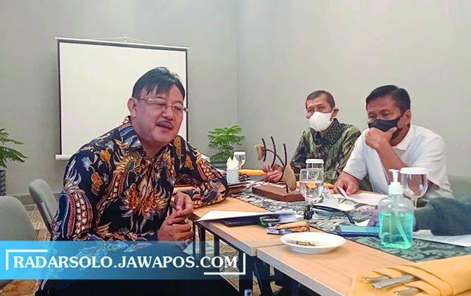 Wakil Presiden KAI, Heru S. Notonegoro (kiri) dan Ketua DPD KAI Jateng, Theo Wahyu Winarto (kanan) saat mengadakan konferensi pers dengan sejumlah wartawan di Hotel Solia, Rabu (9/6).