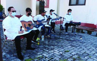 Waton Ngakak Band tampil di Asrama Haji Donohudan, Rabu (9/6)..