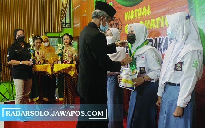 PATUH: Kegiatan di SMKN 1 Surakarta yang digelar dengan mengedepankan protokol kesehatan belum lama ini.