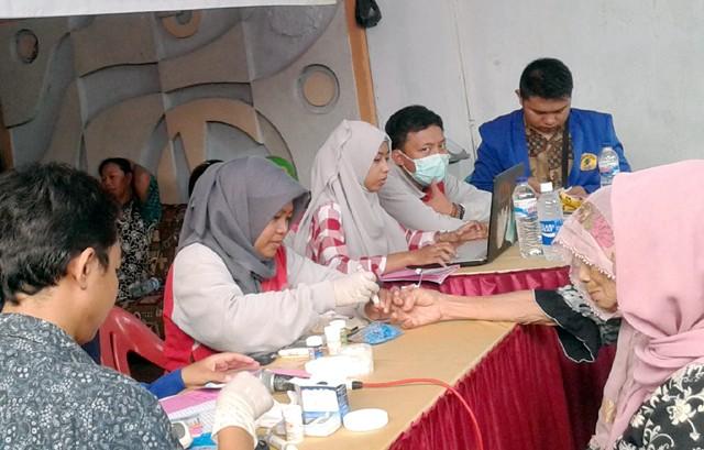 PEDULI: Suasana kegiatan pengobatan gratis dan donor darah yang dilakukan oleh Ikasda Konsulat Surabaya, di Jalan Pulo Wonokromo Surabaya, Sabtu (22/7)