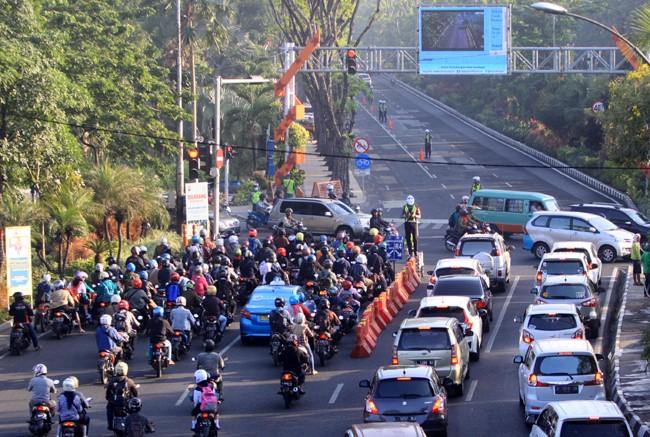 PANTAU KEMACETAN: Pemasangan CCTV di perempatan jalan bukan hanya untuk sarana pendukung e-Tilang, tetapi juga pengaturan lalu lintas. Kedepan pemkot akan menambah jumlah CCTV dititik-titik jalan di Surabaya.