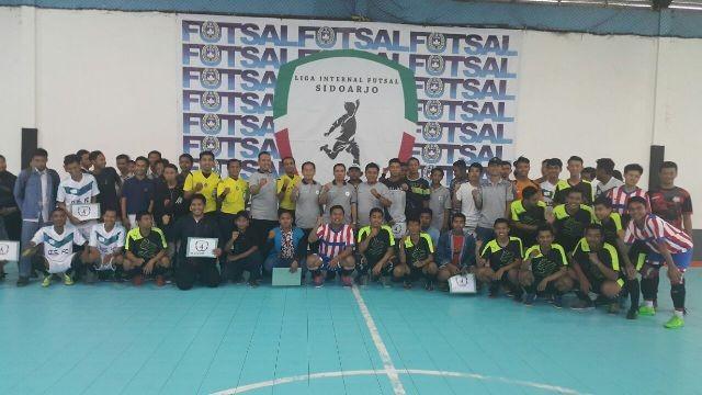 SPORTIF: Ketua Umum KONI Sidoarjo Franki Efendi bersama Ketua Pengcab Futsal Dwijo Prawito membuka Liga Internal Futsal Sidoarjo (LIFS).