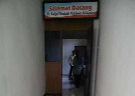 Kades Kwangsan Sirojudin istirahat sejenak setelah diperiksa di Mapolresta Sidoarjo.