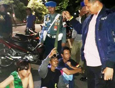 TELER: Tiga pelajar diamankan setelah kedapatan membawa gir dan topeng dalam kondisi mabuk.