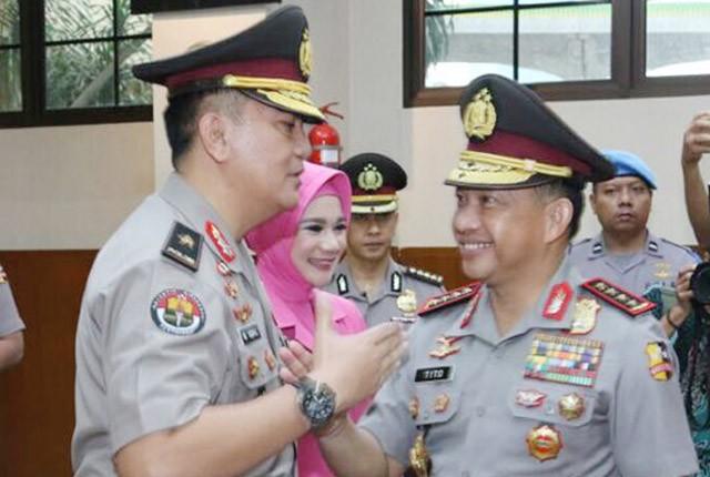 SELAMAT: Brigjen Pol Mohammad Iqbal menerima ucapan selamat dari Kapolri Jenderal Pol Tito Karnavian usai dikukuhkan bintangnya di Rupatama Mabes Polr