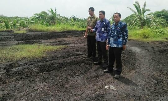 CEK TKP : DLH Cek lokasi pembuangan limbah di Desa Bambe Kecamatan Driyorejo.
