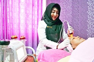 MENINGKAT: Dokter Kecantikan Titik Ernawati saat melakukan treatment setrika wajah pada salah satu pasien di Krisna Beauty Center 4, kemarin.