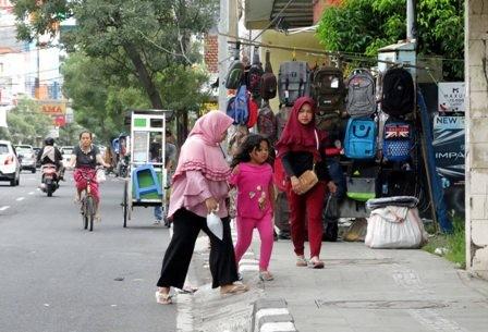 Trotoar di Jl Gajah Mada diokupasi PKL.