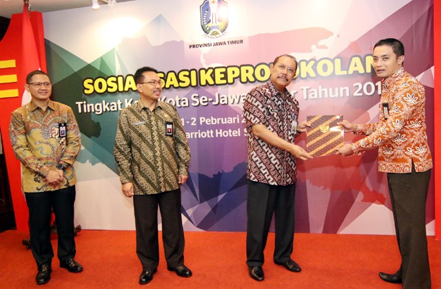 SOSIALISASI: Sekdaprov Jatim Akhmad Sukardi (dua dari kanan) saat acara Sosialisasi Keprotokolan Tingkat Kabupaten/Kota se-Jatim 2018 di Hotel JW Marr