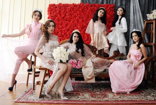 BUSANA VALENTINE: Dari kiri, Sasaa Resha, Lani Ranceli, Amelia Salim, Samantha Bowlin, Nicky Santoso dan Vanestra Frincois, berpose dengan mengenakan