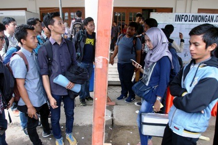 ANTISIPASI: Para pencari kerja mengamati bursa kerja di salah satu perguruan tinggi di Surabaya. Banyak jabatan atau profesi yang hilang tergantikan oleh teknologi digital.