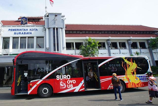 an G KUTANutan CANanGGIiH: Bus baru yang diberi nama Suroboya Bus saat akan diujicoba di halaman Balai Kota Surabaya, beberapa waktu lalu.