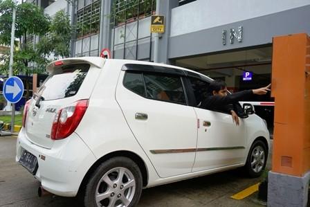 DIPERMUDAH: Pengguna mobil menggunakan fasilitas parkir di Park and Ride Mayjen Sungkono. Parkir khusus tersebut sudah menggunakan aplikasi Go Parkir untuk memesan slot parkir.